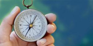 hand met kompas