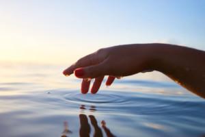 hand met water